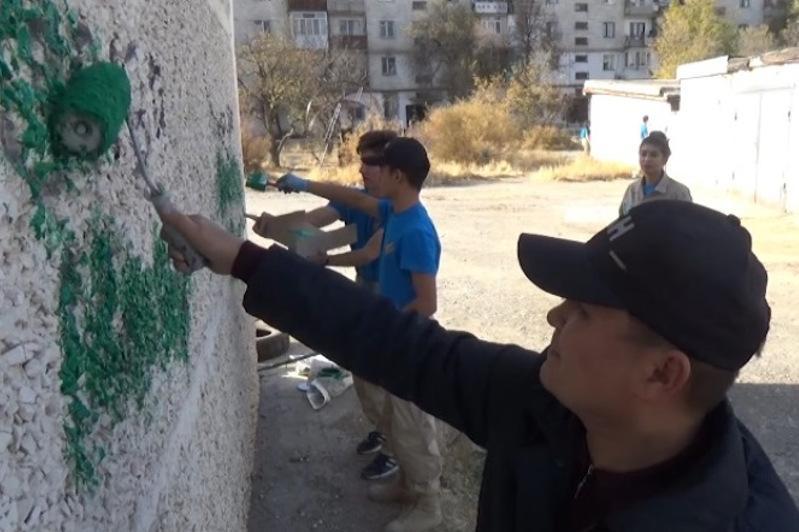 Tarazda esirtki saýdasyn nasıhattaǵan 700-ge jýyq graffıtı-jazý óshirildi