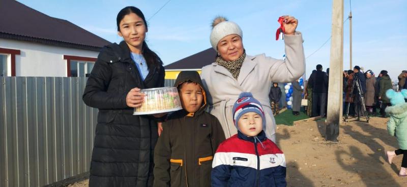 32 многодетные семьи получили ключи от домов в Атырауской области