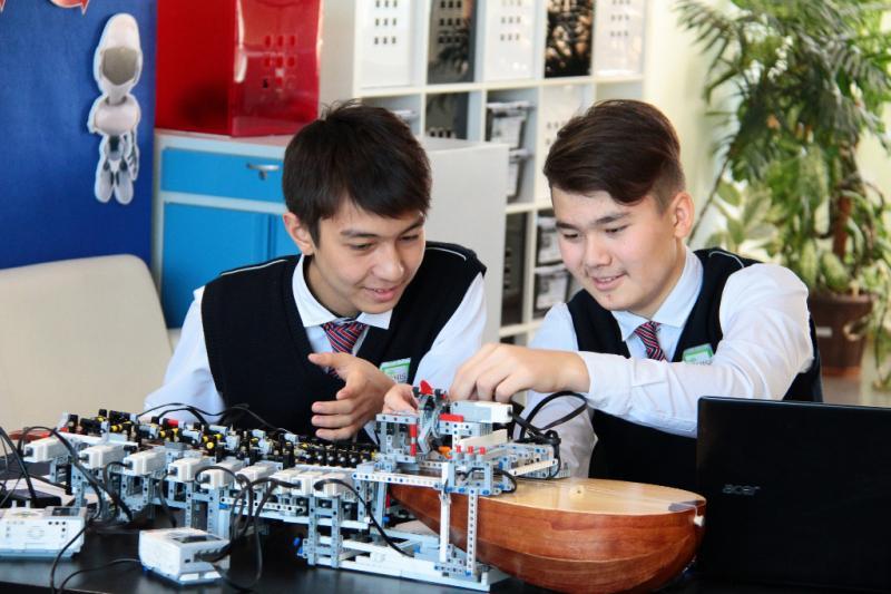 Робота-домбриста создали школьники из Семея