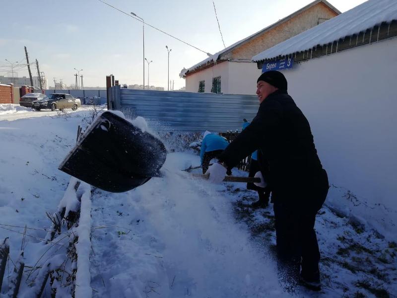 Молодежь Нур-Султана помогает ветеранам и пенсионерам в уборке снега