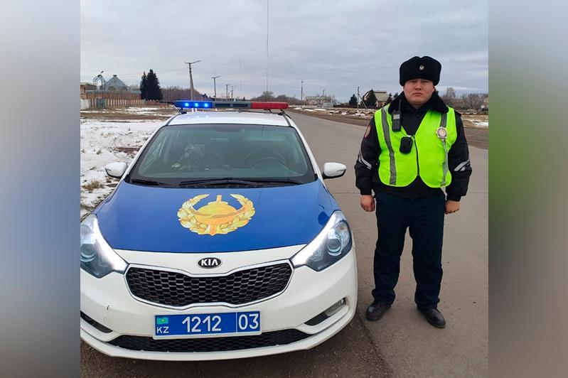 Акмолинские полицейские помогли водителю внедорожника добраться до больницы