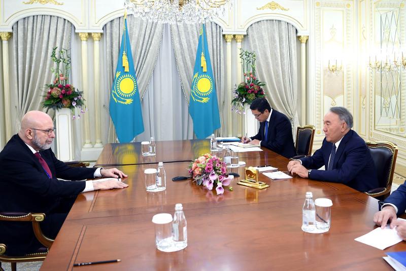 纳扎尔巴耶夫会见国家利益中心主席西梅斯