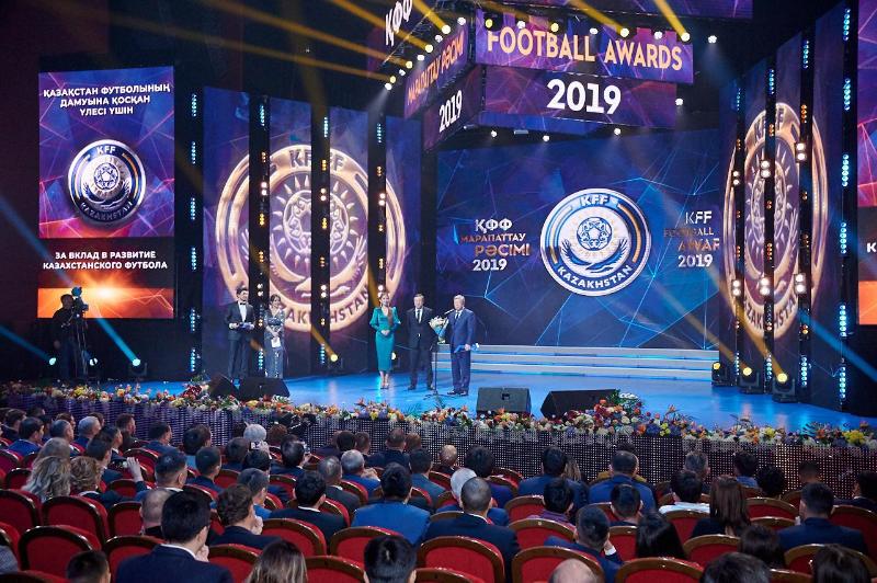 Лучшие игроки и тренеры награждены по итогам футбольного сезона-2019