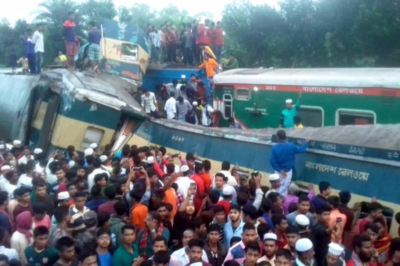 12 человек погибли при лобовом столкновении поездов в Бангладеш