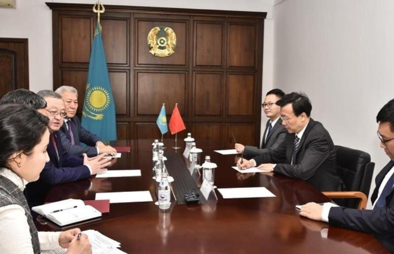 阿克托别州州长会见中国驻哈大使张霄