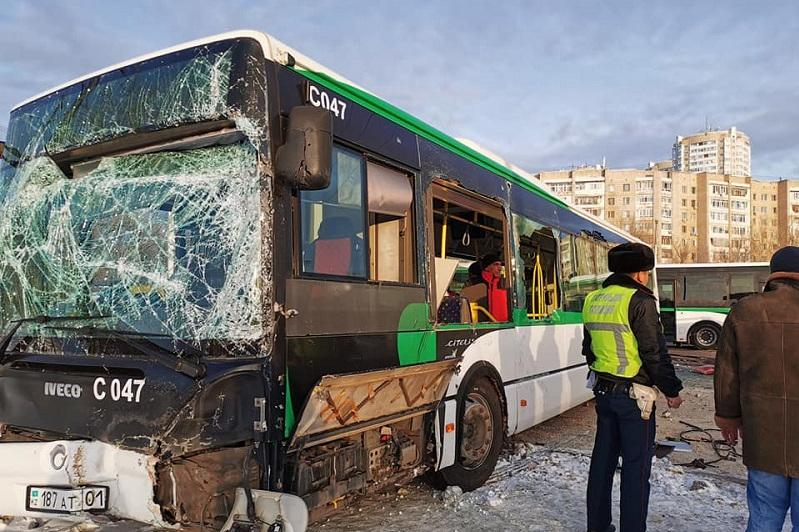Елордада трактор мен жолаушылар автобусы соқтығысып қалды