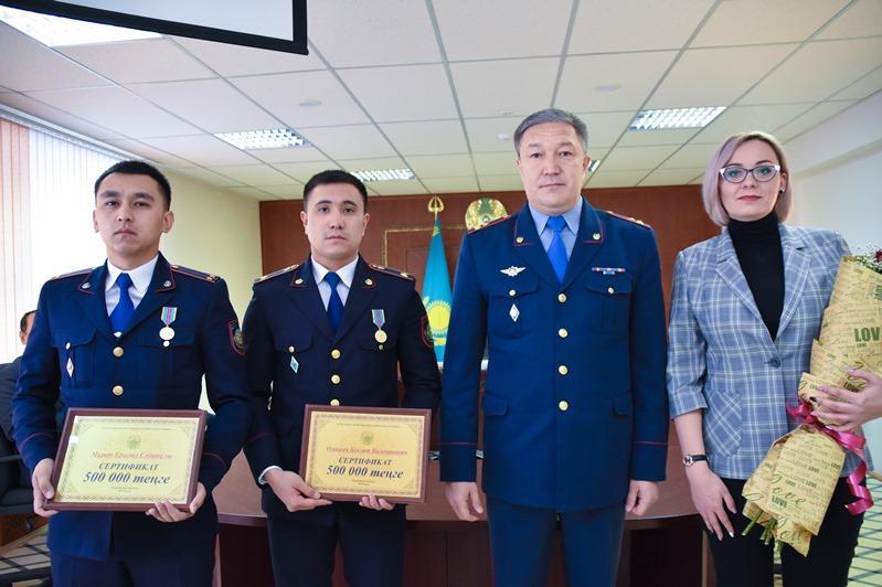 Какую награду получили полицейские за спасение девушки в Караганде