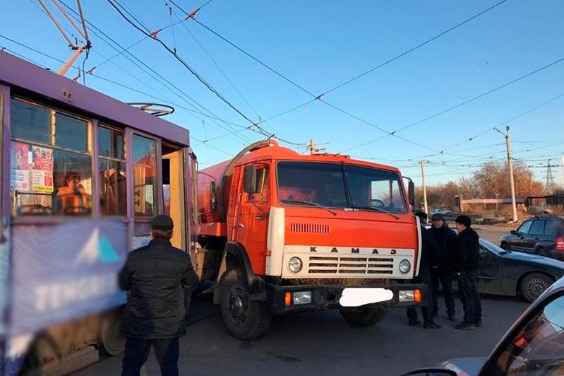 Трамвай и КамАЗ столкнулись в Павлодаре