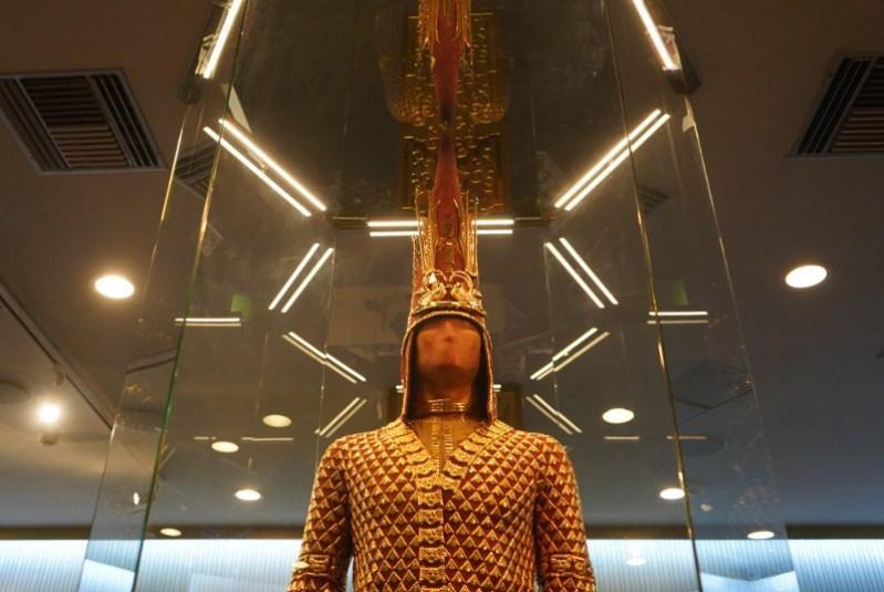 """哈萨克斯坦国宝""""金人""""在雅典展出"""
