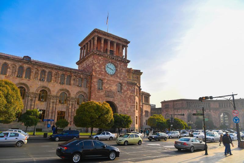 达丽哈•纳扎尔巴耶娃抵达亚美尼亚进行正式访问