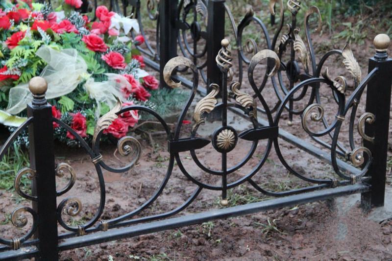 Павлодарец воровал оградки с кладбища