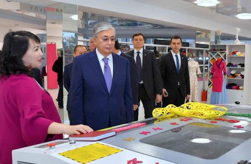 托卡耶夫总统视察阿克莫拉州纺织厂