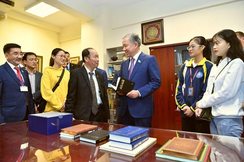 Kazakh Majilis Speaker visits Abay Center at Hanoi University