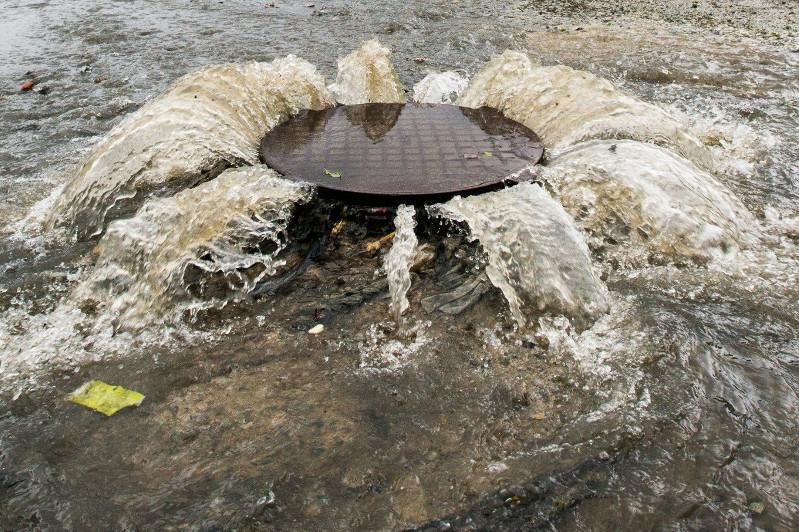 В Павлодаре хлынули на поверхность канализационные стоки