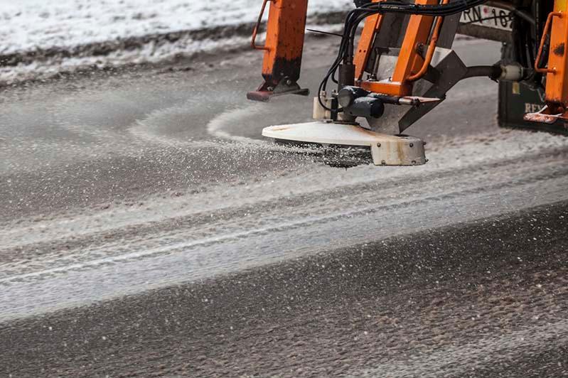 В Петропавловске объяснили, почему посыпают дороги смесью из песка и соли