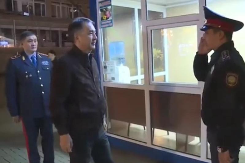 Аким Алматы проверил работу мобильных пунктов полиции