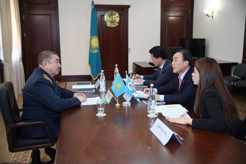 内务部长会见国际刑警组织主席金锺阳