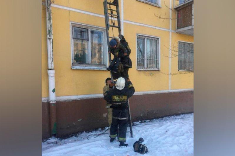 Столичные огнеборцы спасли детей из горящей квартиры