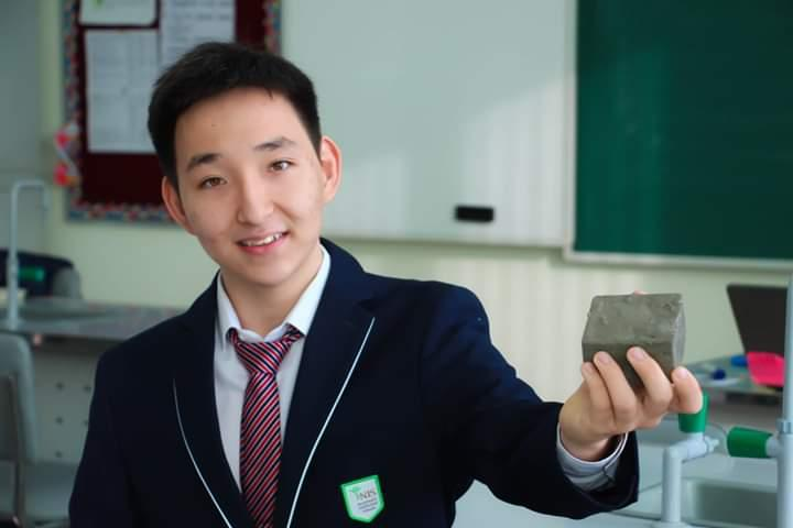 Ученик 10 класса изобрёл кирпич из пластика в Атырау