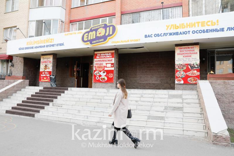 Социальный бизнес в Казахстане: кафе, где заказывают еду на языке жестов