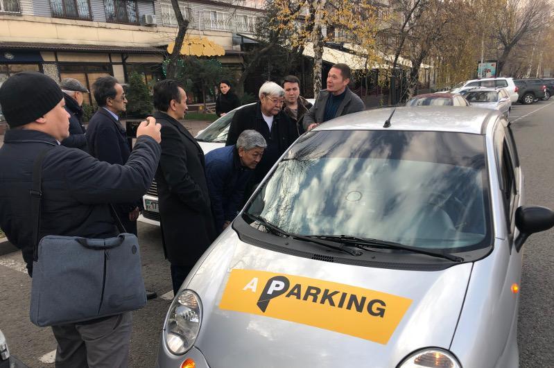 Борьба с нелегальными «жилеточниками» и недобросовестными водителями – проблемы парковок Алматы