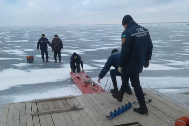 Провалившегося под лед рыбака спасли в Кокшетау