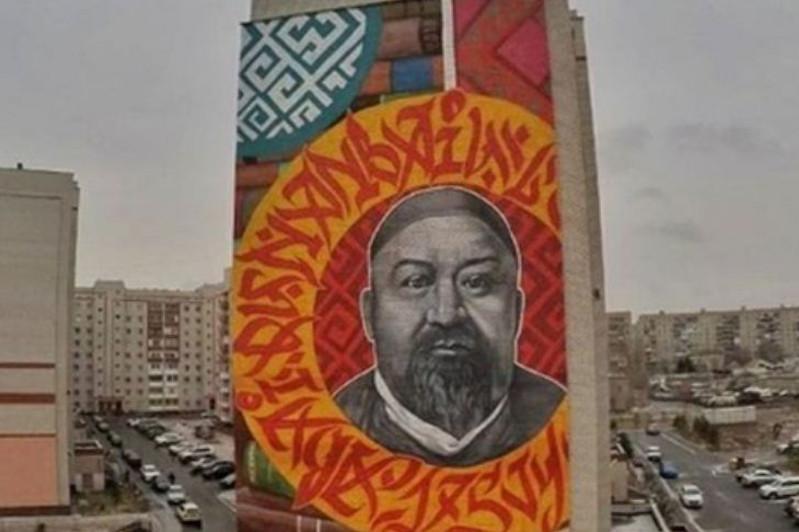 Огромный портрет Абая украсил стену девятиэтажки в Павлодаре