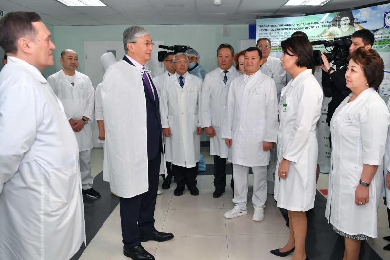 Глава государства посетил НИИ травматологии и ортопедии в столице