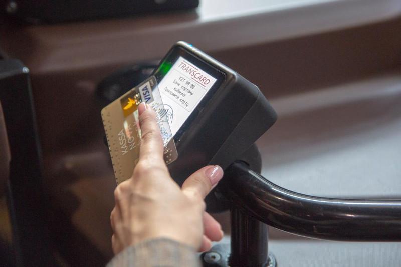 На одном из столичных автобусных маршрутов введена оплата банковской карточкой