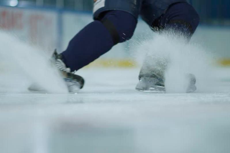 Ботинок выбросил на лёд 16-летний павлодарец во время хоккейного матча