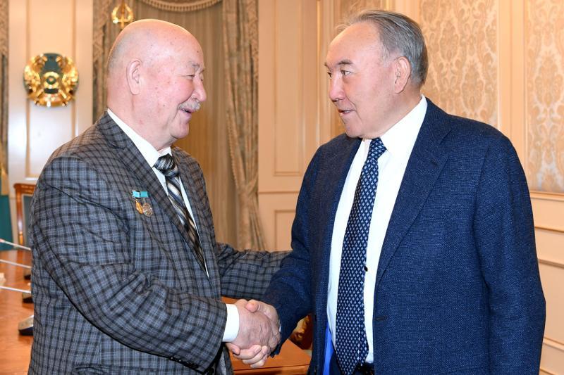 Nursultan Nazarbayev meets with artist Kamil Mullashev
