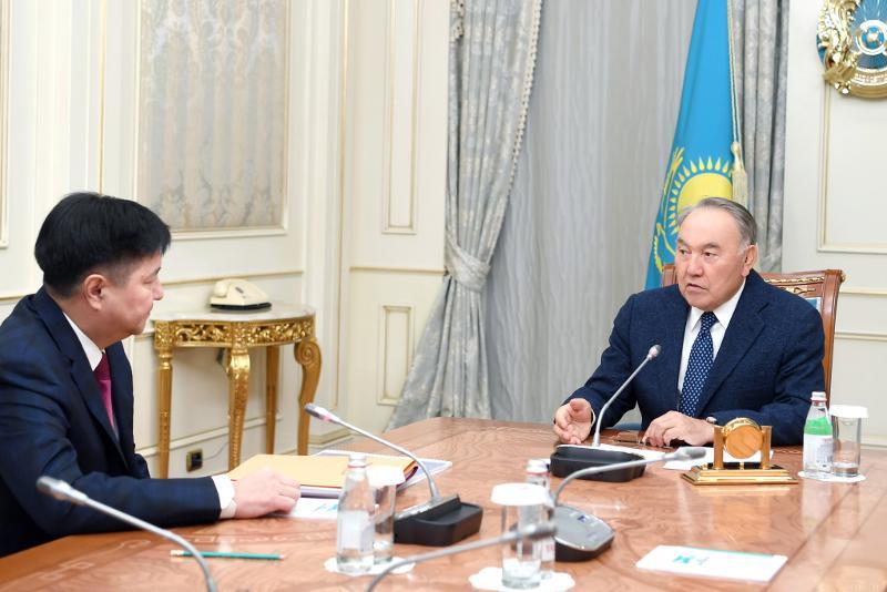 纳扎尔巴耶夫接见最高法院院长阿萨诺夫