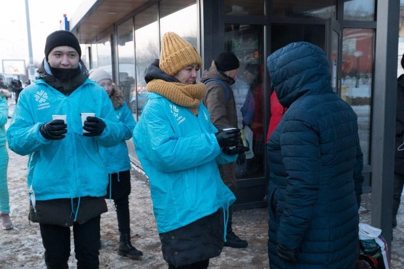 Столичные волонтеры согревают горожан горячим чаем