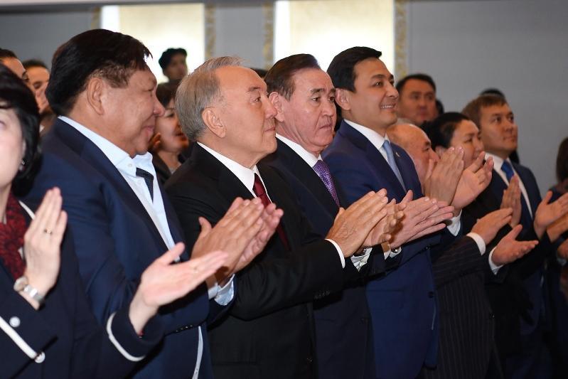 Нурсултан Назарбаев посетил спектакль «Тыраулап ұшқан тырналар»