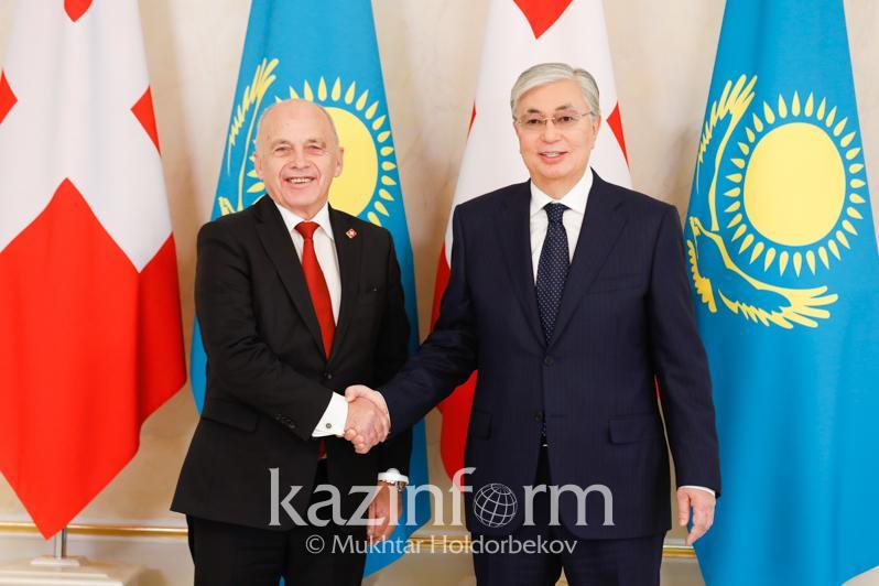 托卡耶夫总统与瑞士联邦主席举行小范围会谈
