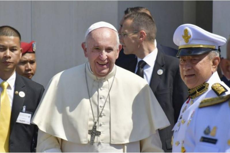Pope Francis calls on world to face refugee crisis