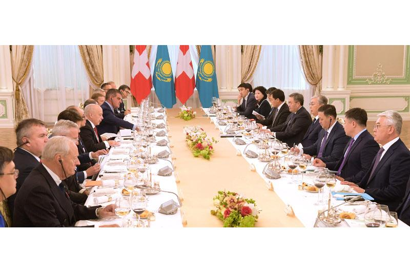 Президенты Казахстана и Швейцарии провели переговоры в расширенном составе