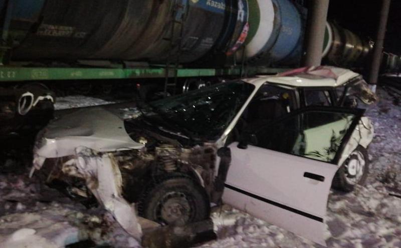 Автомобиль столкнулся с локомотивом на переезде в Акмолинской области