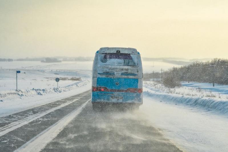 «Алматы-Өскемен» трассасында жолаушылар автобусының жанармайы қатып, жолда қалды