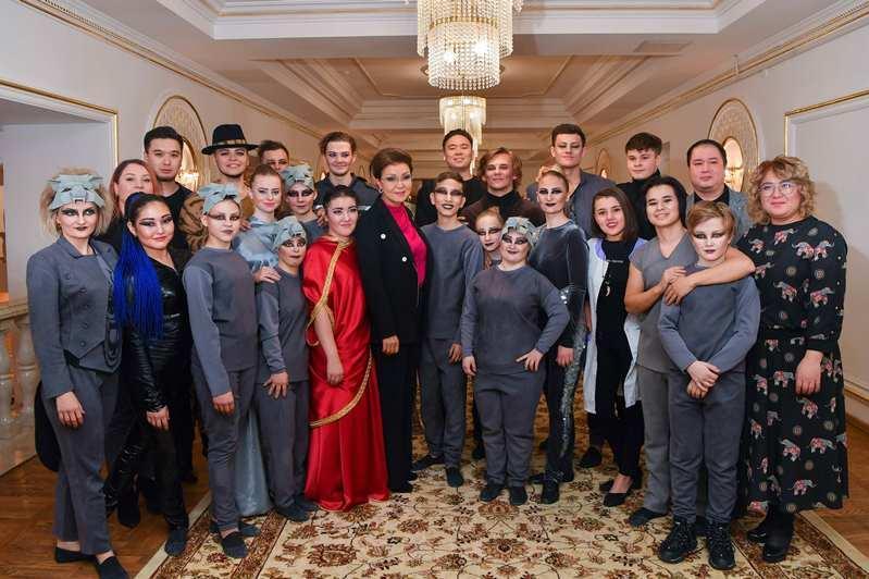 Darıǵa Nazarbaeva erekshe akterler teatrynyń jas ártisterimen kezdesti