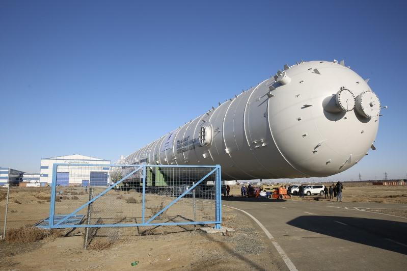 Уникальную колонну-сплиттер весом в 1200 тонн построили в Атырау