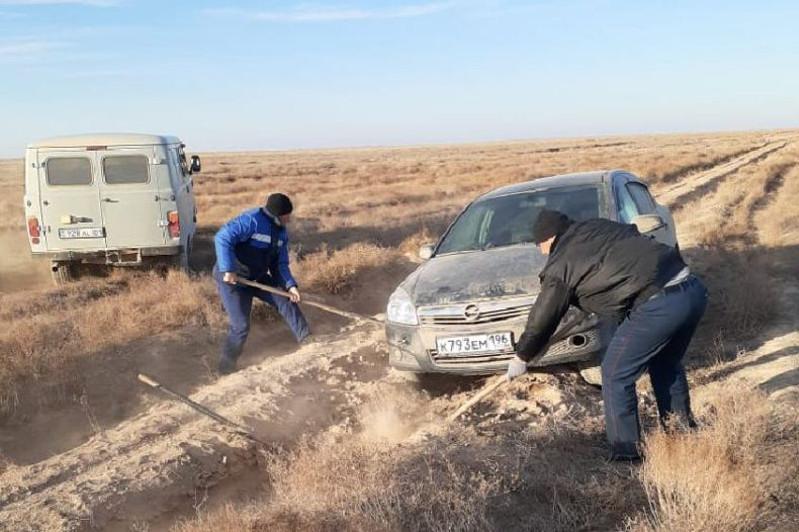 Sozaq polıtseıleri jolda adasyp, kóligi batpaqqa batqan shetel azamattaryna kómektesti