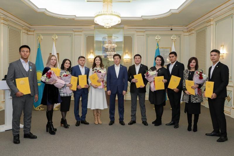 Юморист Турсынбек Кабатов и боксер Мейирим Нурсултанов пополнили ряды партии «Nur Otan»