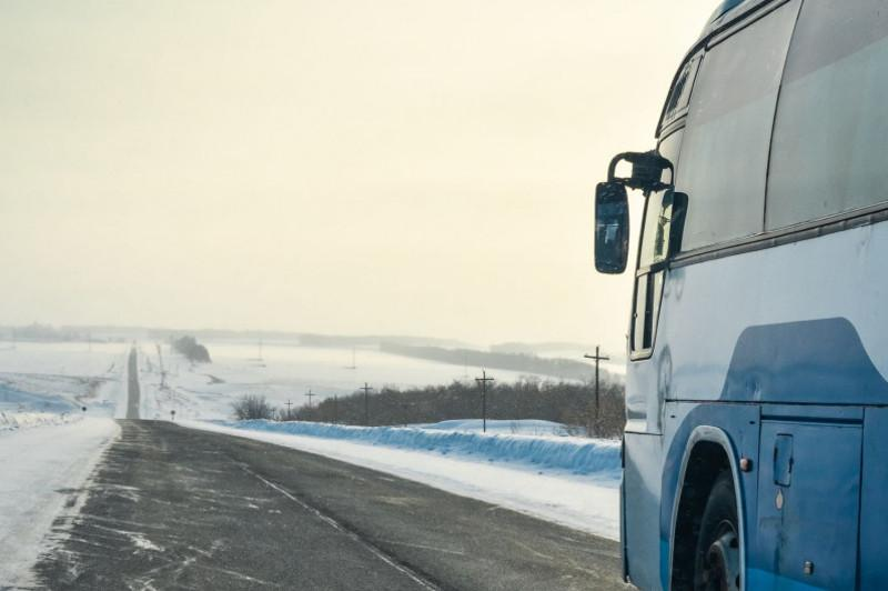 Полицейские и водители «попуток» помогли пассажирам замерзшего автобуса