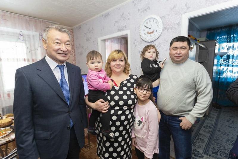 Даниал Ахметов Алтайдағы көпбалалы отбасылардың жағдайымен танысты