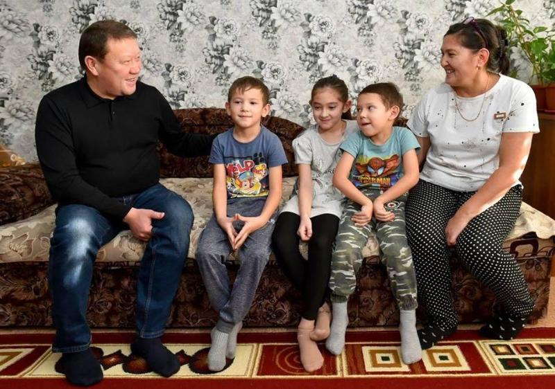 К воспитывающей пятерых детей семье приехал аким СКО