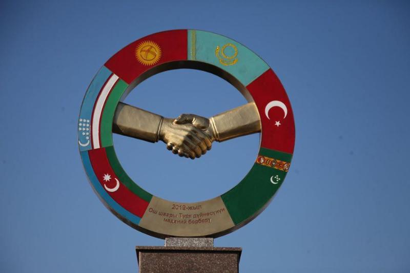 吉尔吉斯奥什市竖立突厥语国家同胞情纪念碑