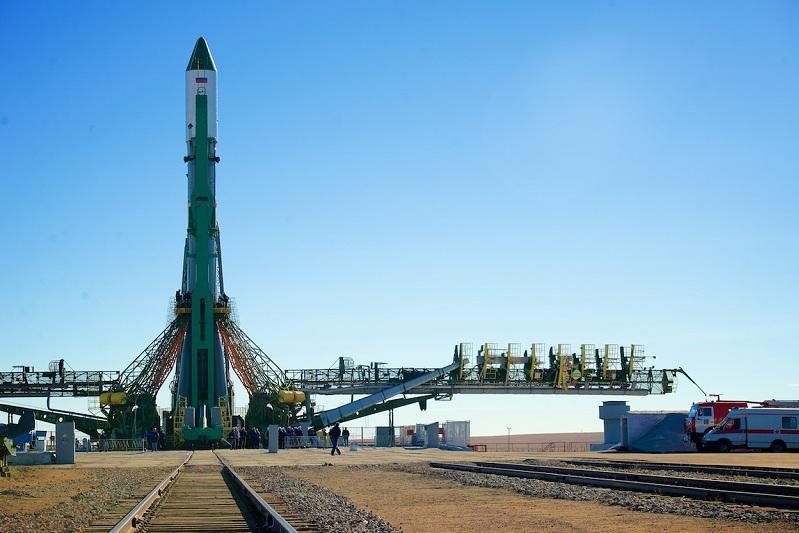 Космический грузовик «Прогресс МС-13» установлен на стартовом комплексе Байконура