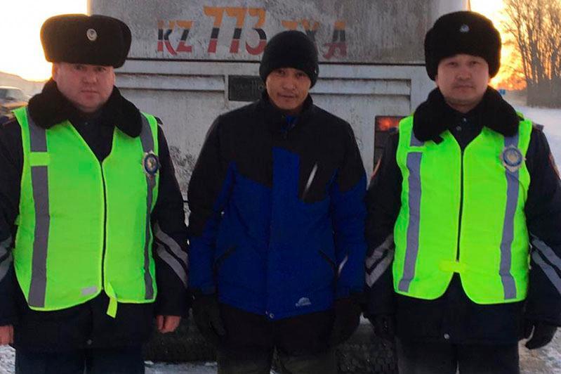 Қозоғистонда полициячилар йўлда қолиб кетган ўзбекистонликларни қутқарди