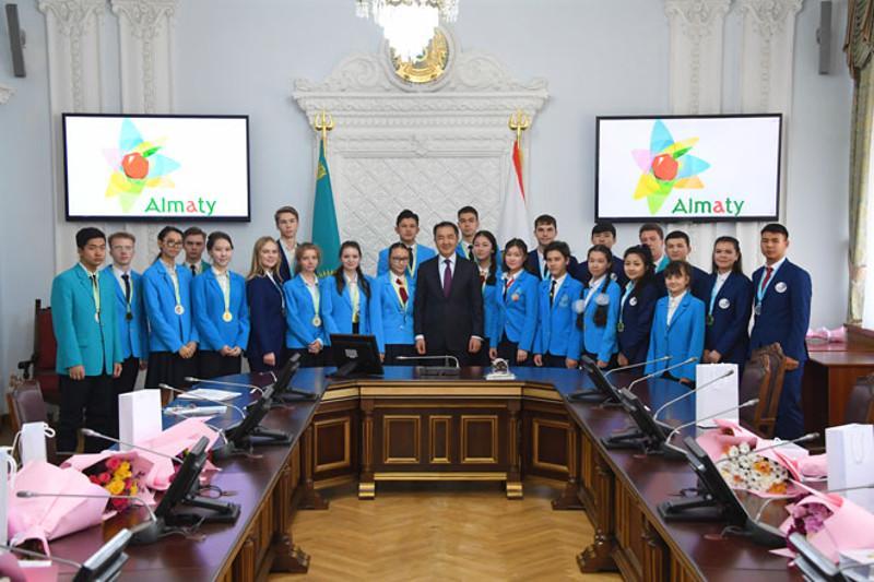 Baqytjan Saǵyntaev Almatynyń jeńimpaz oqýshylaryn quttyqtady
